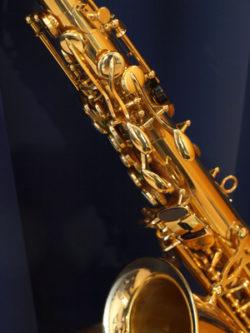 Altsaxofon auf dem dunklen Hintergrund