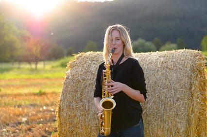 Frau mit Tenor Saxophon