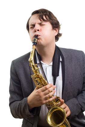 Man mit Bariton Saxophon